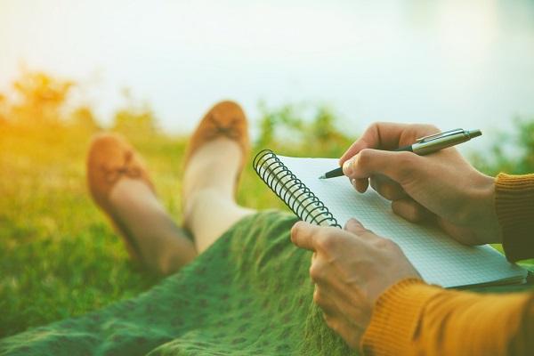 mujer-escribiendo-libreta-campo